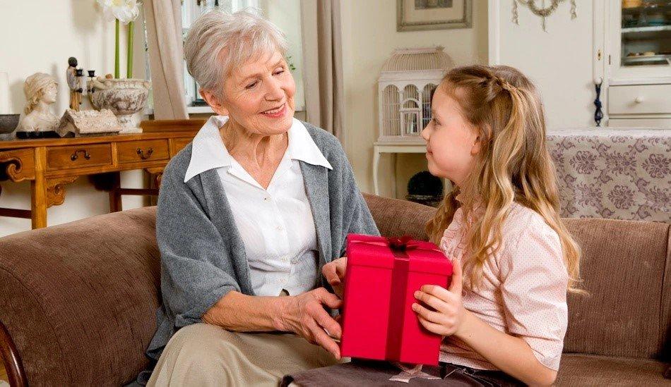 Что подарить бабушке на 8 марта? - фото 1 | 4Party